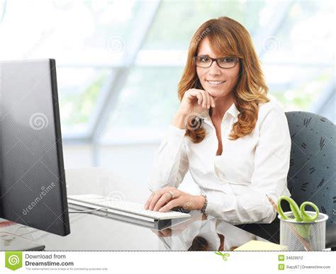 affaires de bureau femme d 39 affaires de sourire au bureau avec un ordinateur