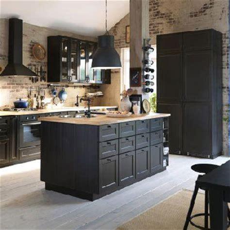 cuisine noire avec ilot ikea et murs en brique parquet