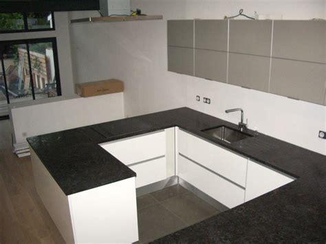 cuisine en noir cuisine en bois et marbre noir wraste com