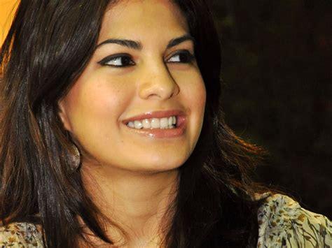 jacqueline fernandez smile face wallpaper hd
