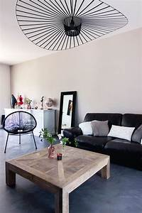 Deco Design Salon : salon moderne gris et bois canap en cuir noir suspension ~ Farleysfitness.com Idées de Décoration
