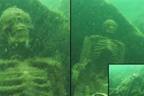 buzo encuentra 2 esqueletos disfrutando del té en el fondo