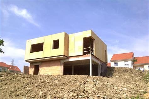 maison bois adaptee a terrain en pente