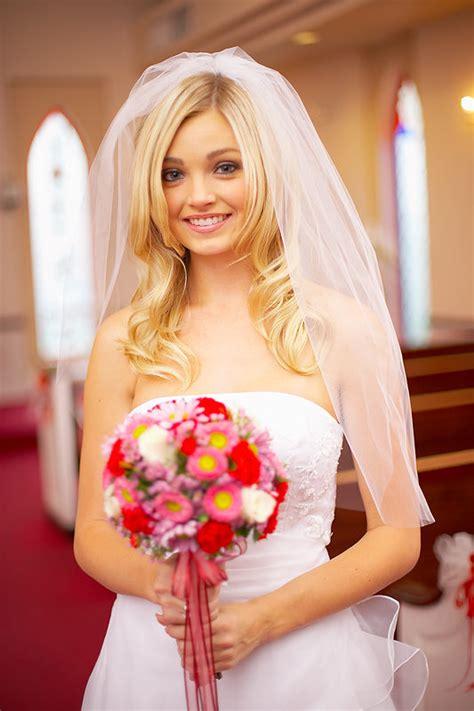 Protože o svatebních šatech má většina nevěst celkem přesnou představu. Svatební účesy se závojem - LosHairos.com