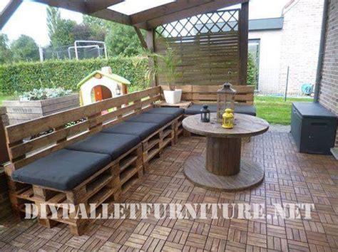 terrasse meublee avec des palettes  une bobine en