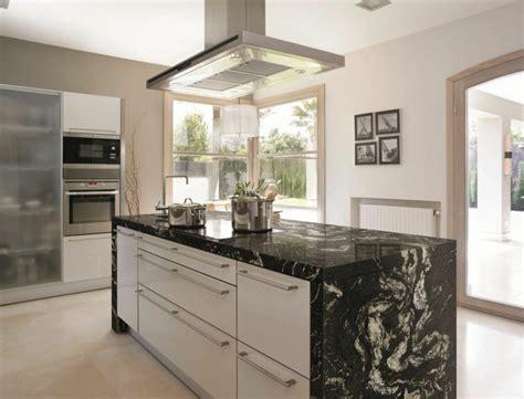 cuisine marbre noir plan de travail cuisine moderne en et bois