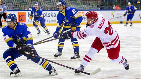 Zawodnicy hokeja na lodzie podczas rozgrywki