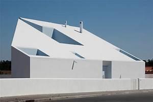 12 casas con exteriores blancos y geométricos LF24