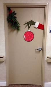 Christmas decoration ideas for office that everyone will love for Office door decorations for christmas