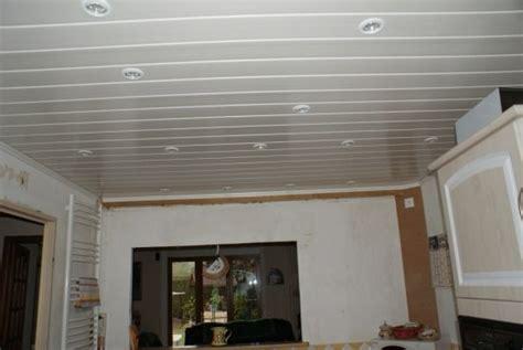 le plafond est fait de plaques de polystyr 232 ne comment le couvrir pour les fair