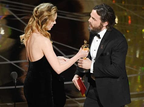 brie larson not clapping youtube brie larson addresses not clapping for casey affleck