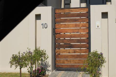 desain pagar kayu minimalis  rumah terlihat lebih