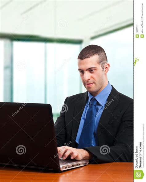 bureau homme d affaire homme d 39 affaires au bureau photographie stock image