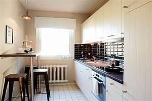 Kleiner Tisch Küche : sch ne modern eingerichtete k che mit fenster cremefarbenen fronten und dunkler arbeitsfl che ~ Orissabook.com Haus und Dekorationen