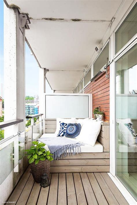 ways  turn  small balcony   stunning oasis