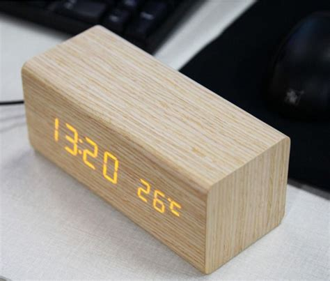 reveil en bois naturel avec  ecrans digital  led orange  donne la temperature  list en