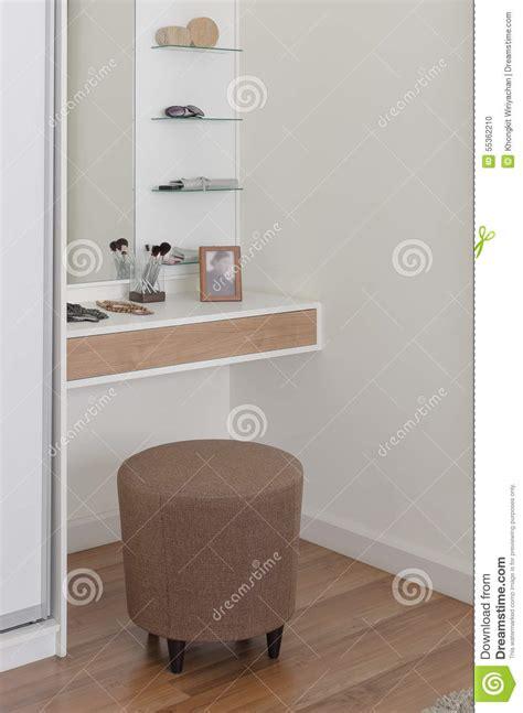 chaise coiffeuse chaise ronde de brun de tissu dans la coiffeuse photo