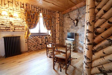 rivestimento soffitto in legno rivestimento pareti con tronchetti di betulla e soffitto
