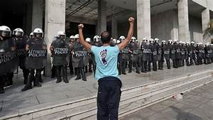 Greek farmers, shipyard workers clash with police - CBS News