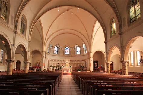 File:Saint Thomas the Apostle Cahtolic Church Sanctuary ...