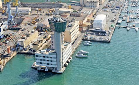 Porto Torres Genova by Genova Tragedia In Porto Nave Sfonda Torre Dei Piloti 3