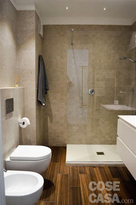 rivestimento bagno effetto legno una mansarda con scala elicoidale e pavimento in