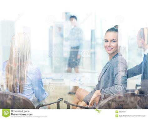 dans le bureau femme d 39 affaires avec l 39 équipe montrant dans le bureau