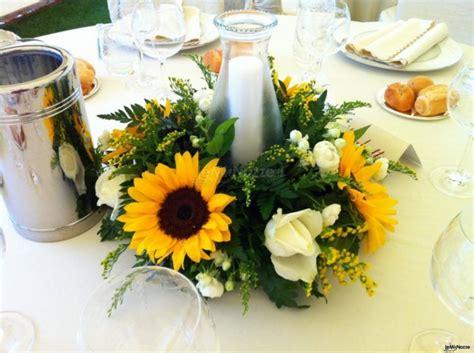 composizioni con candele centrotavola girasoli e candele tancini fiori foto 1