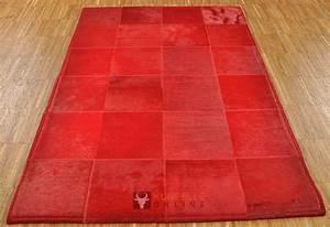 Antirutschmatte Teppich Auf Teppich : exklusiver kuhfell teppich rot 80 x 120 cm bei kuhfelle online ~ Markanthonyermac.com Haus und Dekorationen
