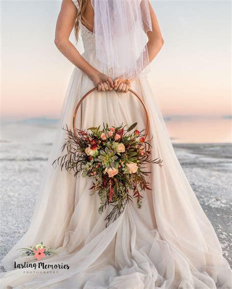 magnifique flower hoop avec une succulente hoop bouquet