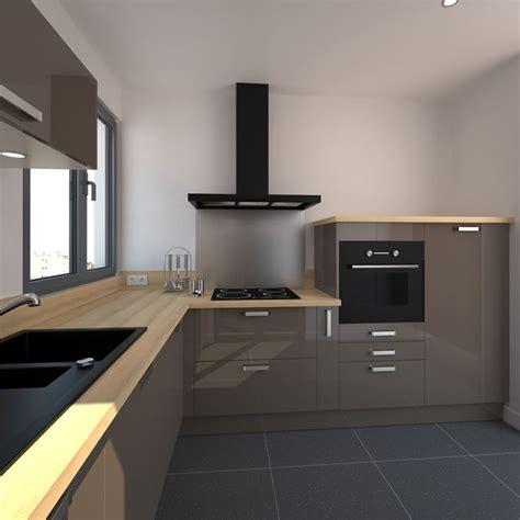 plan de cuisine en l cuisine taupe et brillante ouverte sur séjour