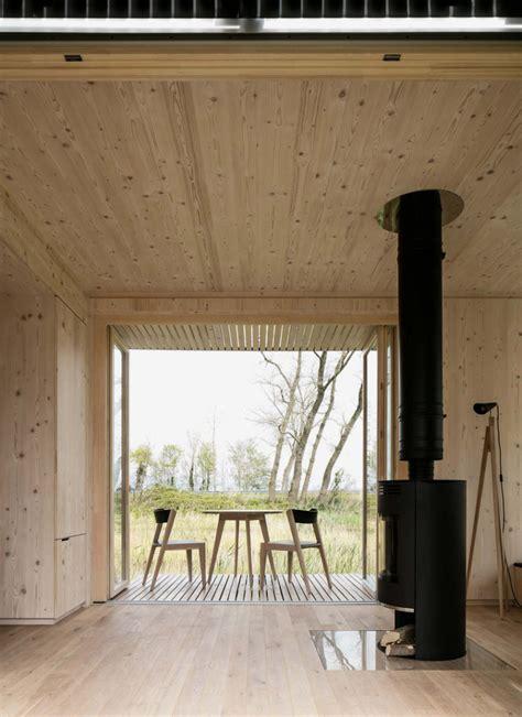 una casa prefabricada enchapada de madera en interiores
