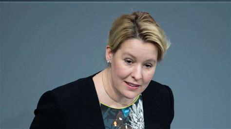 Bundesfamilienministerin franziska giffey (spd) steht erneut in der kritik, da sie bei ihrer doktorarbeit unsauber gearbeitet haben soll. Universität will Rüge wegen Giffeys Doktorarbeit neu ...