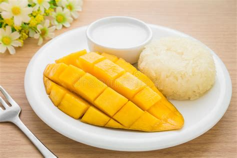 dessert tha 239 landais mangue m 251 re et riz collant avec du lait de noix de coco photo stock image