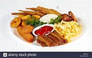 Chicken Wings Kaufen : gebratenen fisch und chicken wings serviert mit pommes frites und zwieback isoliert auf einem ~ Orissabook.com Haus und Dekorationen