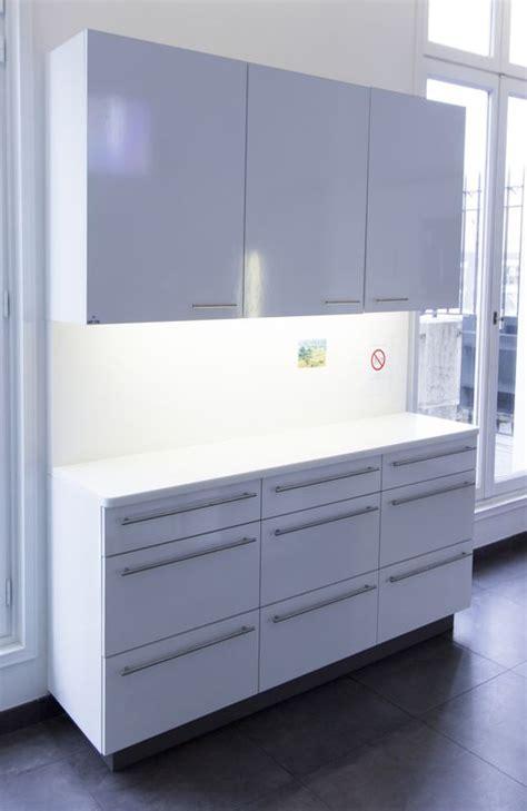 meuble cuisine melamine blanc meuble de cuisine avec plateau et credence en corian sur structure en melamine blanc partie haute o