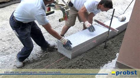 probst easygrip exg rabattengreifer beim setzen von granit