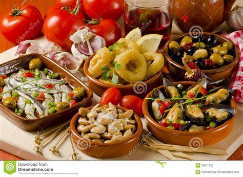 cuisine espagne cuisine espagnole tapas assortis des plats en céramique