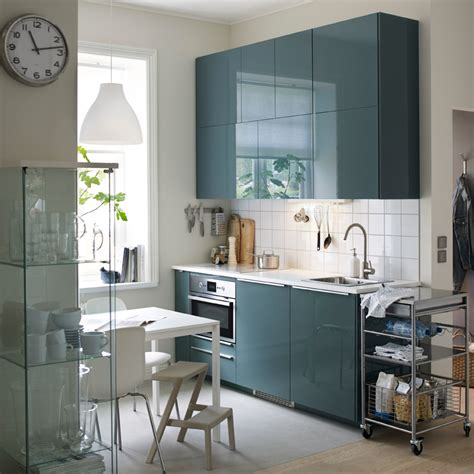 cuisine turquoise a small modern kitchen with white walls and high gloss
