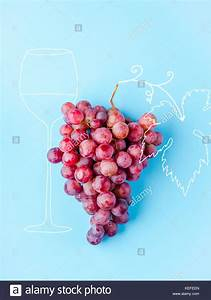 Cluster Pink Grape On Vine Stock Photos & Cluster Pink ...