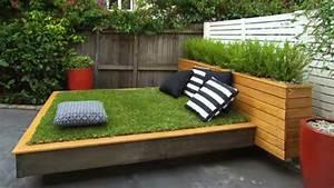 bett aus paletten und gras im garten anlegen freshouse With garten planen mit kleines planschbecken für balkon