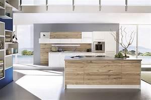 Weiße Küche Mit Holz : moderne wei e inselk che in kombination mit holz ~ Markanthonyermac.com Haus und Dekorationen