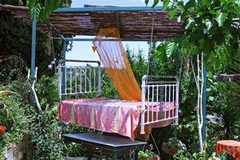 diy outdoor bed ideas summer decorating  spa beds