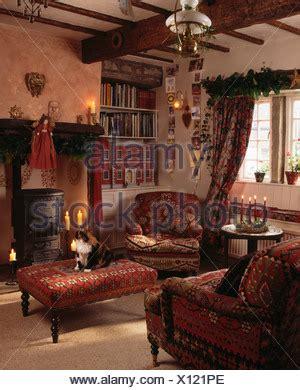roter teppich wohnzimmer roten sessel und gepolsterten hocker kamin im wohnzimmer f 252 r gem 252 tliche h 252 tte f 252 r weihnachten