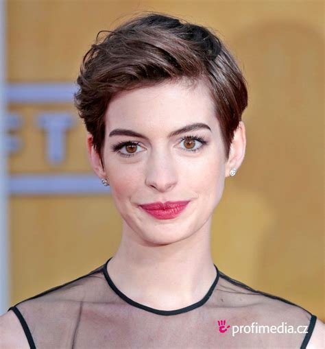 This extremely super short boy cut is not for the fainthearted. Anne Hathaway - - hairstyle - easyHairStyler   Really ...