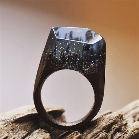 mundos en miniatura escondidos en lindos anillos de madera