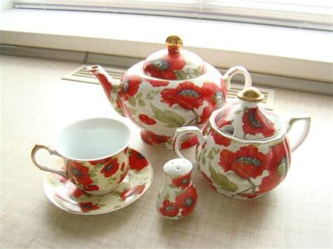 showy dinnerware  kitchenware  red poppy flower designs