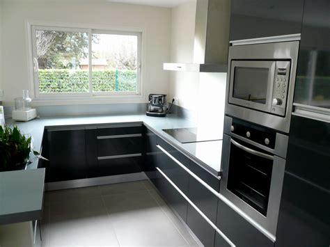 cuisine noir et grise cuisine grise plan de travail beige