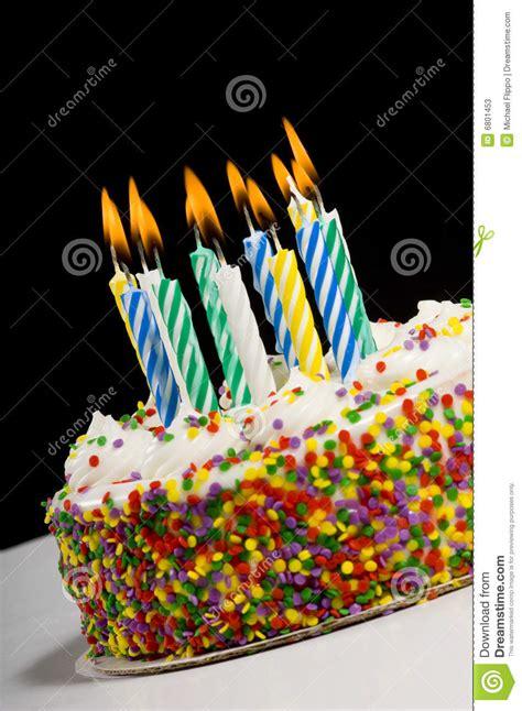 candele di compleanno torta di compleanno con le candele immagine stock