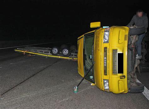 vollsperrung der  nach unfall mit autotransporter bei